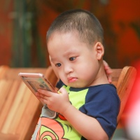 Smartphones y otras pantallas con un bebé de 2 años.